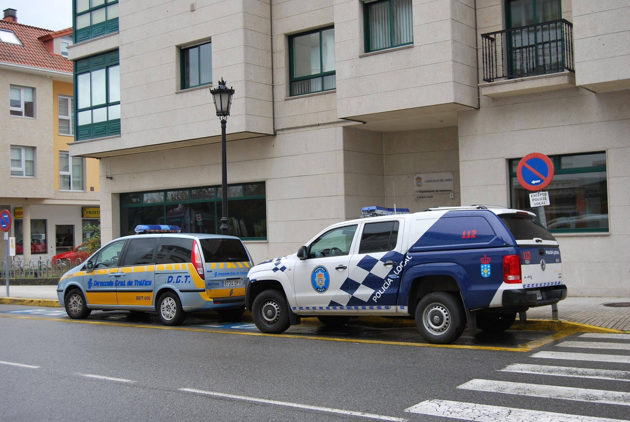 Imaxe da entrada á oficina da Policía Local de Ames, situada na rúa Alcalde Lorenzo, en Bertamiráns