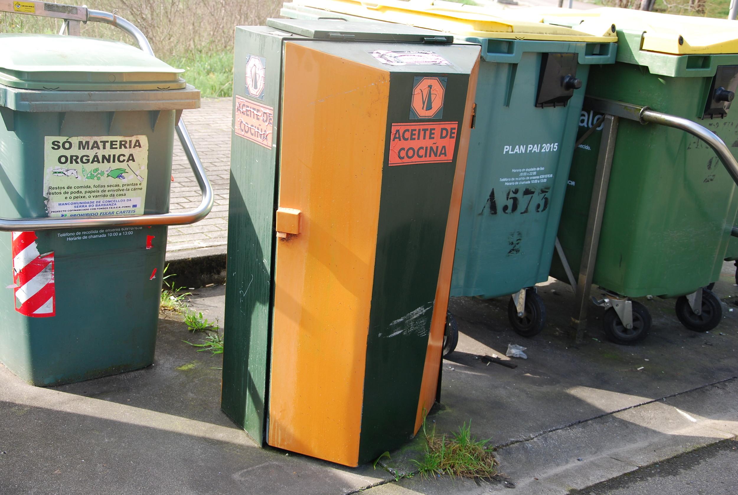Imaxe dun colector de recollida de aceite doméstico usado