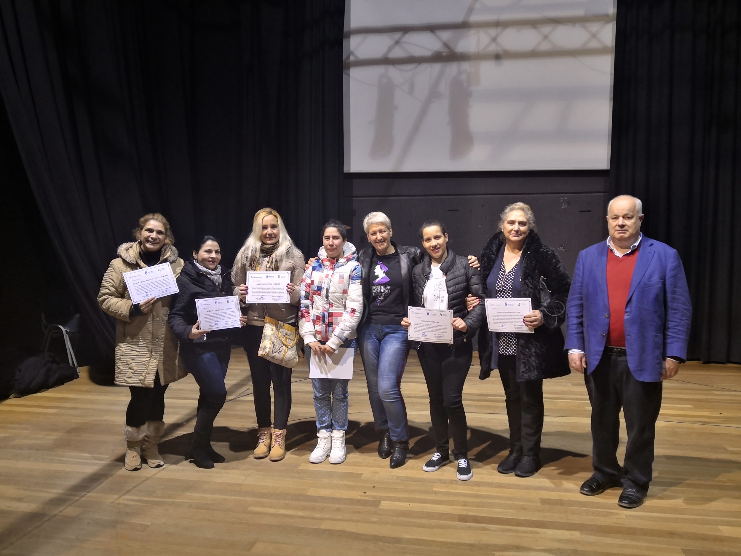 Imaxe da entrega de diplomas ás mulleres que participaron no programa Em-Femenino
