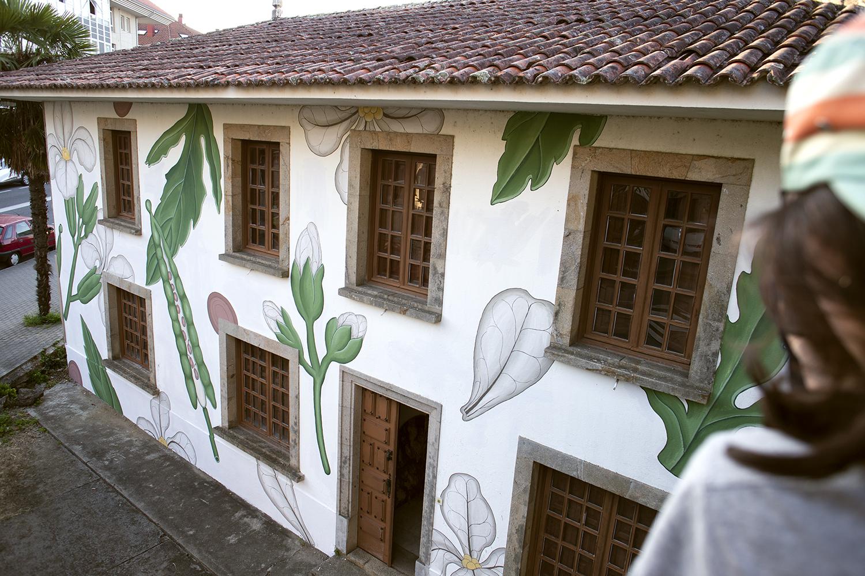 Mural da artista Doa Oa en Bertamiráns