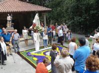 A Asociación cultural San Xoanciño honrou á Virxe de Lourdes cunha alfombra floral en Pousada