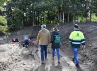 Imaxe da visita ás obras de acondicionamento do parque verde central do Milladoiro