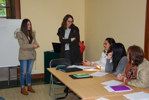 Visita da concelleira de Normalización Lingüística ao alumnado que participa nesta actividade en Bertamiráns