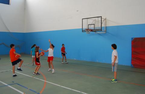 Imaxe da repaces e rapazas xogando ao baloncesto