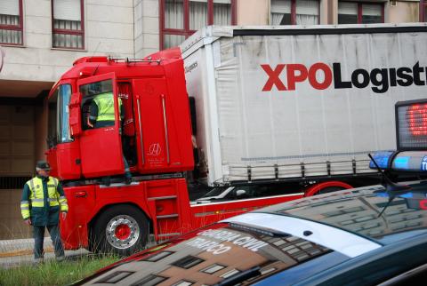 Realízanse controis de seguimento da restrición de paso dos vehículos pesados pola avenida de Rosalía de Castro, no Milladoiro
