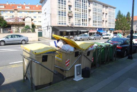 Imaxe de varios colectores instalados na avenida da Maía, en Bertamiráns