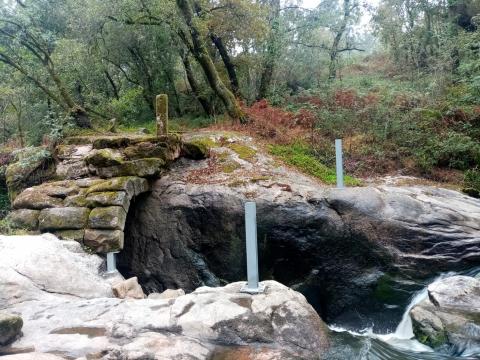 Instálanse uns elementos provisionais para estabilizar o arco da Ponte Cabirta