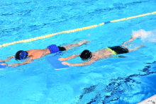 Nenos nadando