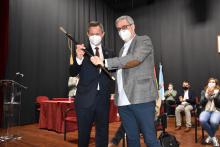 O ex-alcalde de Ames e novo delegado do Goberno, Jose Miñones, entregoulle o bastón de mando a Blas García
