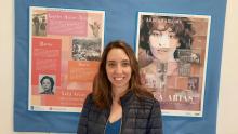 A concelleira de Mocidade e Normalización Lingüística, Escarlata Pampín, visitou a mostra de Xela Arias que está na Casa da Cultura de Bertamiráns